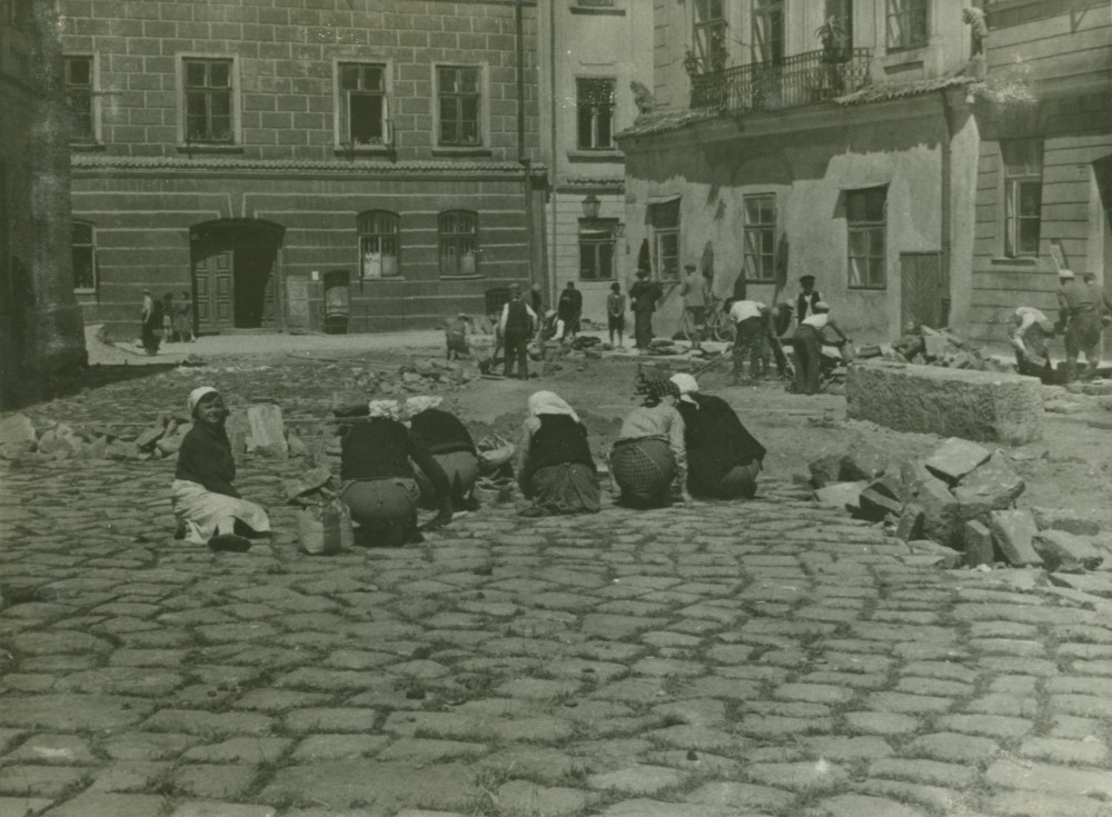 Restoration works at the Old Town Market Square, 1938-1939