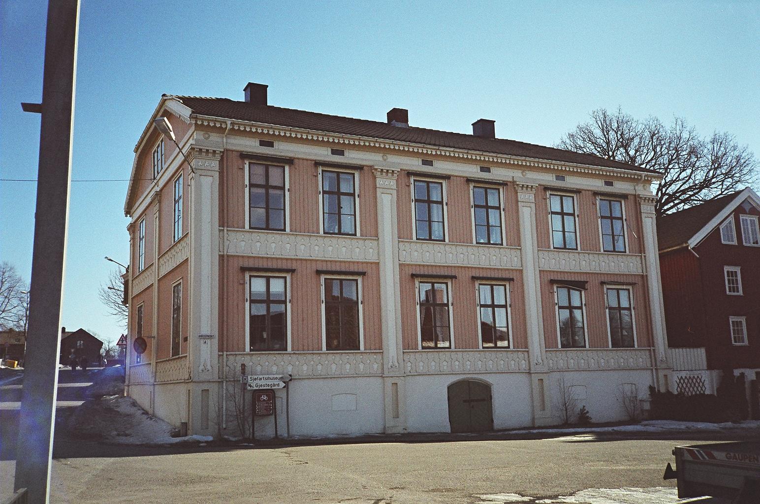 Dom przy ulicy Kirkestredet 8 w Larvik