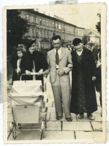 Josel and Ruchla Flajszer with Tema Finkielsztajn
