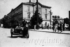 Motocyklista na skrzyżowaniu Krakowskiego Przedmieścia i ulicy Lipowej