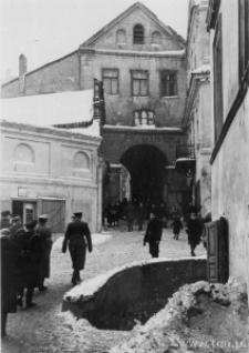 Lublin. Kolumna żołnierzy niemieckich idąca w stronę Bramy Grodzkiej.