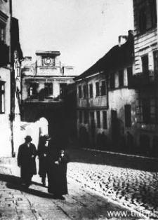 Przechodnie na ulicy Grodzkiej w Lublinie.