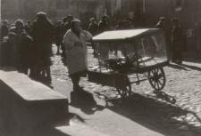 Kobieta sprzedająca pączki na ulicy Szerokiej