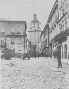 Lublin. Przechodnie i dorożki na Rynku i ulicy Bramowej