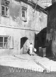 Podwórko posesji przy ulicy Krawieckiej