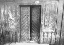Wejście do drewnianego, przedwojennego domu przy ul. Kilińskiego 12