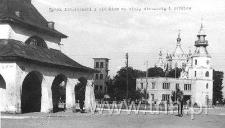 Widok z Rynku na wieżę strażackę i cerkiew p.w. św. Jury oraz hale targowe w Tomaszowie Lubelskim