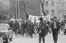 Przemarsz członków NZS na cmentarz przy ul. Lipowej z okazji rocznicy katyńskiej 11.04.1989 r.