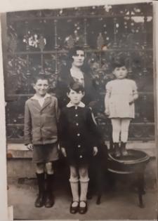Rywka Gartel z dziećmi: od lewej Mojżesz, Chawa i Golda Gartel