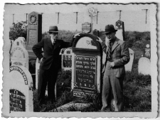 Gravestones of Jakob Majlich Gartel, on the right Szmul Gartel