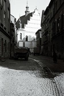 Lublin lat 80. Ulica Złota na Starym Mieście, w tle kościół dominikanów