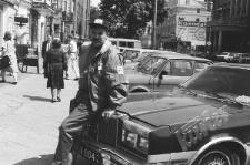 Osoba stojąca przy samochodzie na Krakowskim Przedmieściu w Lublinie