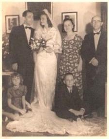 Zdjęcie ślubne, od lewej Salomon Wiznitzer, Ida, Frieda i Mordko Hirschberg, od lewej na ziemi Victoria Toya i Lucien Hirschberg, Port-au-Prince, Haiti