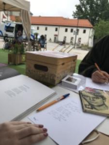"""Terytoria Poezji na Placu Litewskim. Akcja """"Podaruj wiersz"""""""