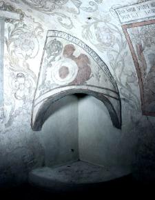 Polichromowany kominek w Piwnicy pod Fortuną