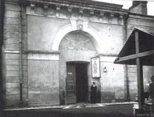 Żyd stojący u wejścia do Ratusza w Zamościu