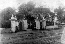 Brama wjazdowa na plebanię kościoła parafialnego w Kurowie