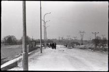 Grupa ludzi spacerujących po brzegu powstającego Zalewu Zemborzyckiego