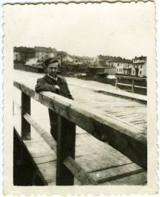 Mężczyzna na drewnianym moście nad Czerniejówką
