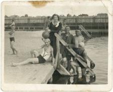 Grupa ludzi na basenie
