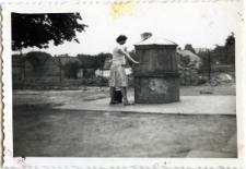 Janina Wojciechowska przy studni
