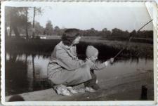 Janina Wojciechowska z synem Andrzejem na kładce na Bystrzycy