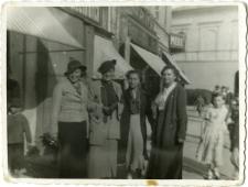 Lutka Kestelman (second from the left) with women on Krakowskie Przedmiescie street on Lublin