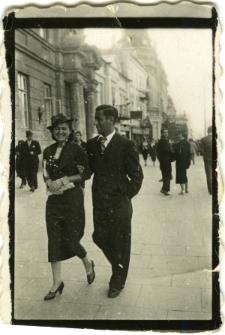 Waks Abram Mojżesz spacerujący z kobietą przy ul. Krakowskie Przedmieście 50, przy Poczcie Głównej
