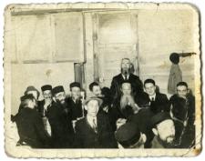 Aron Boruch Arenzon (trzeci od prawej) i Lejb Arenzon (drugi od prawej)
