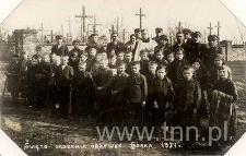 Dzieci ze Szkoły Powszechnej w Górce Kockiej ze swoimi nauczycielkami Apolonią Rzymowską i Leokadią Taczalską