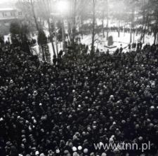 Tłum przy pomniku na terenie WSK Świdnik