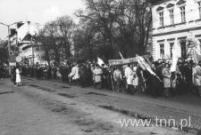 Krakowskie Przedmieście podczas pochodu w dniu 1 maja 1982 roku