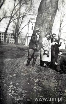 studenci historii sztuki na spacerze