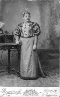 Kobieta przy sekretarzyku