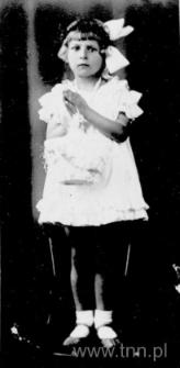 Dziewczynka z białą kokardą