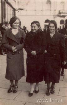 Trzy młode dziewczyny