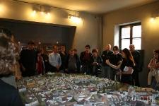 """Uczestnicy seminarium podczas zwiedzania wystawy """"Portret Miejsca"""""""