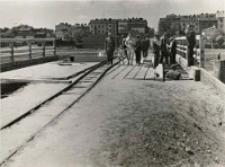 Budowa mostu przez rzekę Czechówkę- układanie dyliny górnej i dolnej