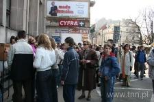 """Młodzież z Gimnazjum nr 13 w Lublinie z nauczycielką p. Jolantą Abramowicz, """"Listy do Henia"""" - 2006 r."""