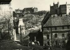 Widok z Placu Po Farze na Dawny Szpital z kościołem św. Wojciecha przy ulicy Podwale, na Zamek i kościół św. Mikołaja