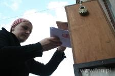 """Ewa Grochowska wysyła listy do Henia napisane podczas warsztatów zorganizowanych w ramach programu """"Dla Tolerancji. To, co wspólne/to, co różne"""" - """"Listy do Henia"""" 2007"""