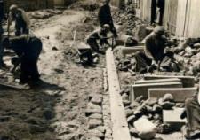 Przebudowa ulicy Czeskiej w Lublinie - zakładanie krawężników