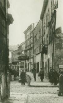 Widok elewacji i bruku od strony zachodniej Rynku przed odnowieniem