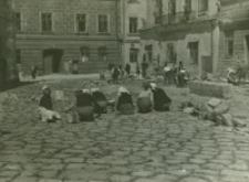 Układanie bruku i trawy między spoinami w Rynku