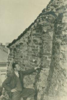 Mur attyki szczytowej z resztkami kolumn ceglanych w Rynku pod nr 18