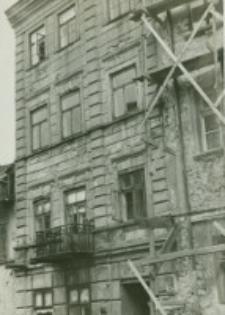 Kamienica przy ulicy Grodzkiej 17 w czasie odnawiania