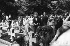 Czesław Miłosz składa kwiaty na grobie Józefa Czechowicza