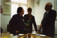 """Uroczystość przyznania medalu """"Sprawiedliwy Wśród Narodów Świata"""". Ambasador Izraela, tłumaczka, Adela Grzesiuk-Dąbska. Warszawa 18 lipca 2000."""