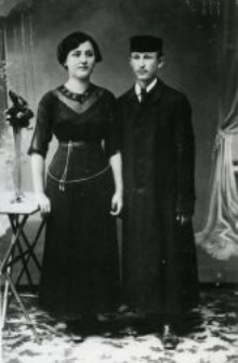 Son of Szmul Rozenberg with fiancée, the photograph from the engagement party, Piaski 1936.