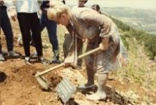 Wanda Michalewska planting the Tree of Remembrance.
